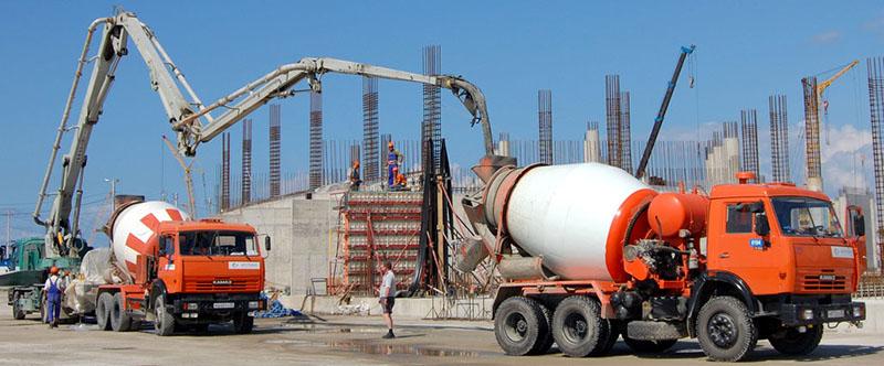 Бетононасос наполняет миксер бетоном